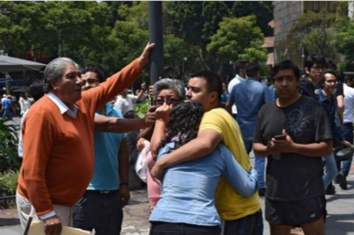 Први ужасни снимки по разорниот земјотрес во Мексико Сити: Луѓето врескаат и плачат, зградите се рушат