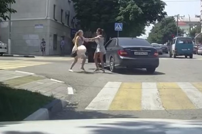 Русинки се истепаа среде раскрсница: Едната пешки, другата со мерцедес се тепаа крвнички, мораше да интервенира и трета и минувачите