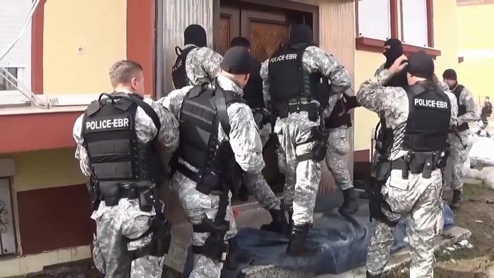 Полициска акција во Куманово - полицијата пронајде цел арсенал оружје