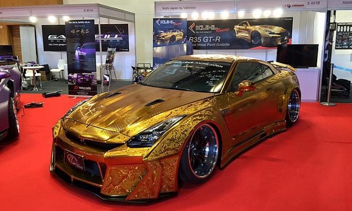 Супер моќен автомобил, па уште од злато