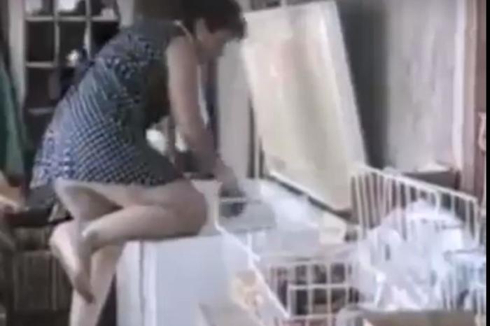 Оваа жена е новиот хит на интернет: Го чистеше замрзнувачот, па се посрамоти