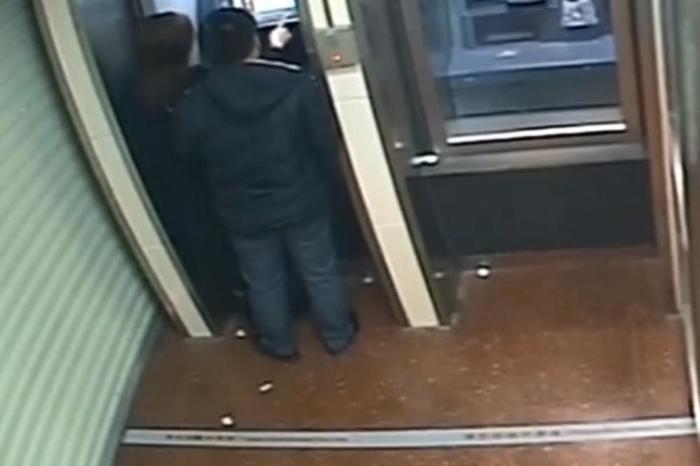 Разбојник и ги врати парите на жената која ја ограби откога и го виде салдото на сметката - камерите го снимија како си заминува смеејќи се