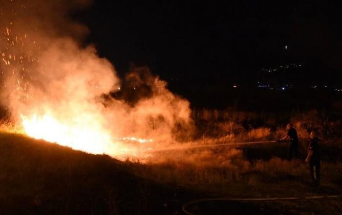 Пожар кај езеро Треска, пожарникарите спречувани да го гасат пламенот