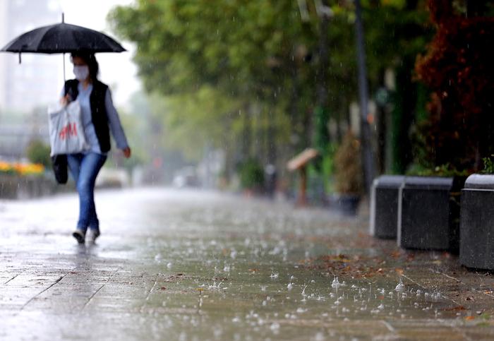 Облачно со дожд, грмежи и засилен ветер