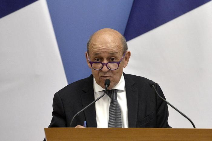 Франција ги повлекува амбасадорите во САД и Австралија на консултации