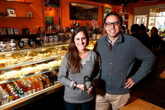 Сопствениците на стартапи разменуваат идеи во  Купа кафе