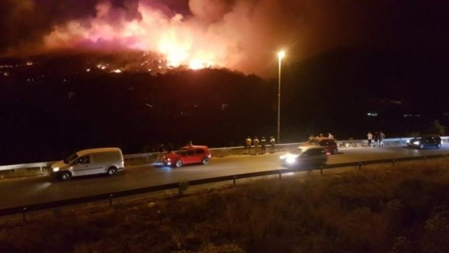 Пожарникарите со помош на мештаните цела ноќ го гаснеа пожарот кај Кондово