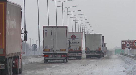Околу 70 камиони заглавени на Евзони  чекаат влез во Грција