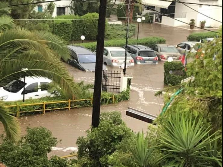 Страшни сцени од Халкидики  Евакуирани туристи  поплавени хотели  автомобили  улици