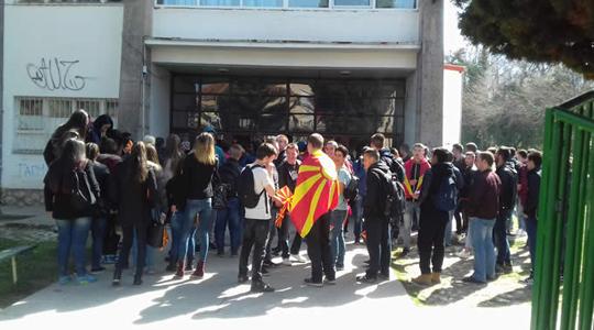 Средношколци од Охрид на протест за поддршка на иницијативата  За заедничка Македонија