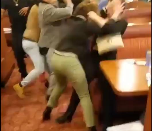 Девојки крвнички се степале среде ресторан  Не се знае кој кого тепа
