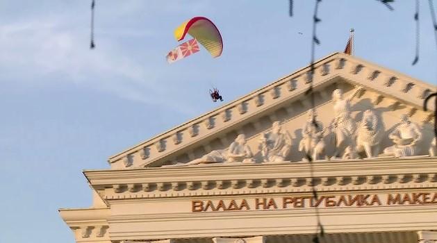 Параглајдер со македонското знаме кружеше над Владата   поддршка ЗА ЗАЕДНИЧКА МАКЕДОНИЈА