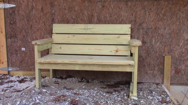 Синот ја растурил клупата на татко му  a во неа открил тајна порака за мајка му