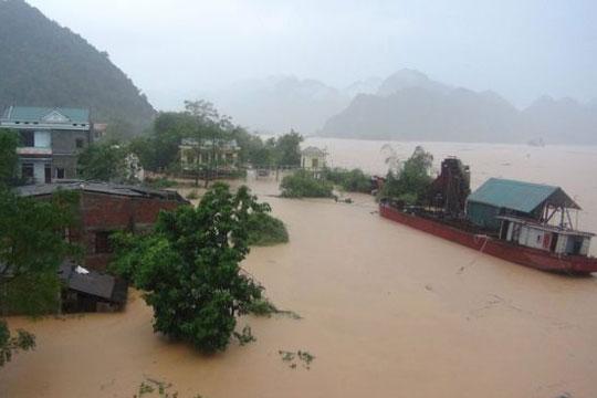 Вкупно 37 жртви во поплави и свлечишта во Виетнам