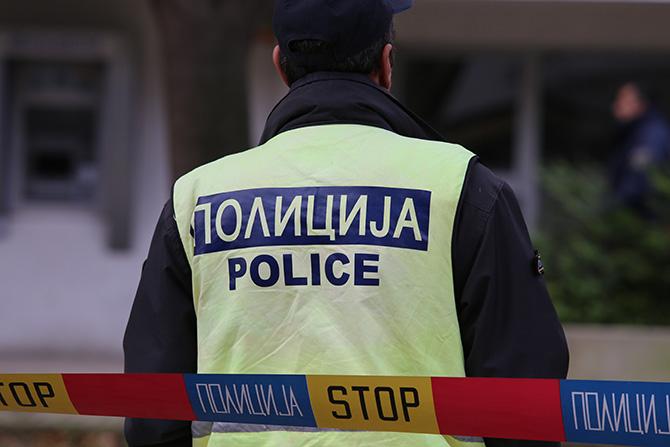Вработените и купувачите лежеле на земја   филмска кражба во скопска продавница