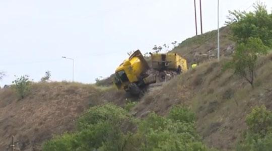 Камион паднал во бездна кај Трница  возачот со полесни повреди