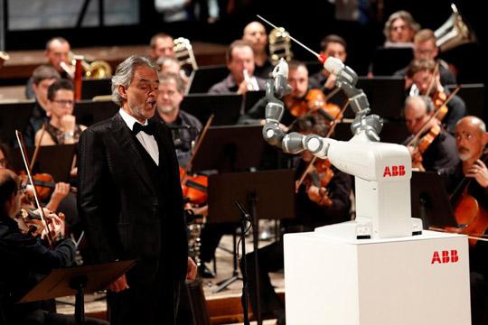 На Бочели не му треба диригент  ама со оркестарот диригираше робот