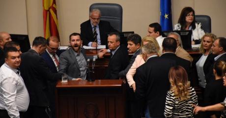 ВМРО ДМПНЕ ја окупираше говорницата на Џафери за Законот за јазиците