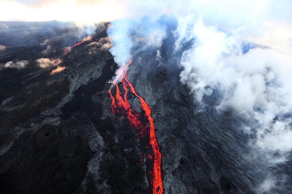 Трагедија  Семејство падна во кратер на вулкан  загинаа сите   мајка  татко и дете  11