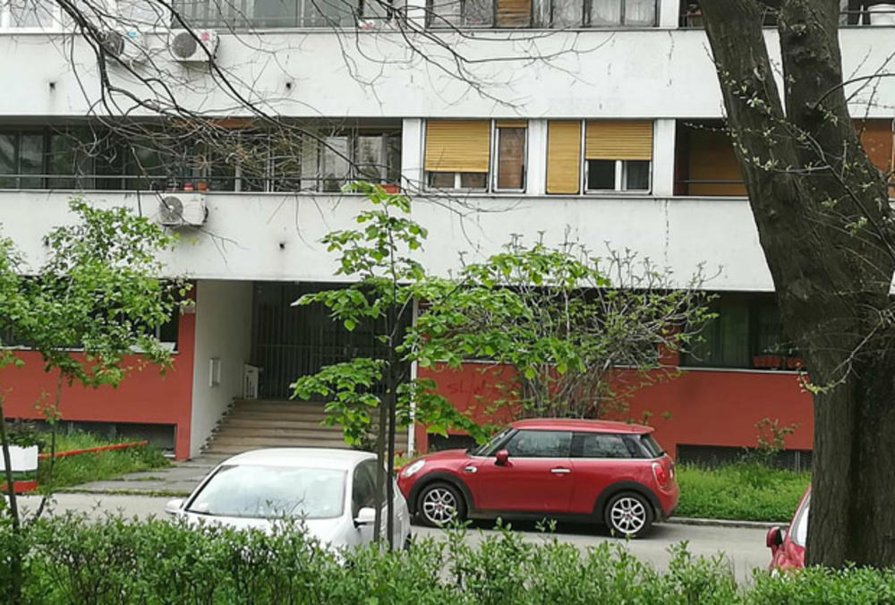 Новинарите не се тргаат од пред вратата на сопругот на Беквалац   излегол таткото на Лука  а останал во станот