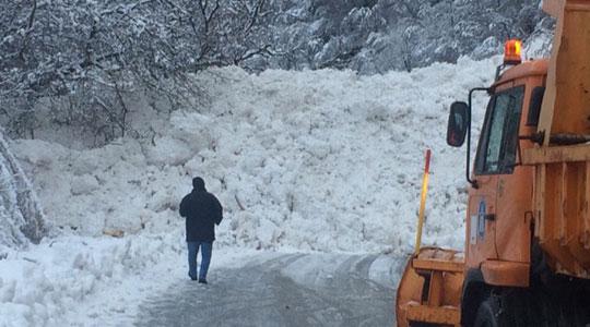Нова лавина кај Бигорскиот манастир го блокира сообраќајот