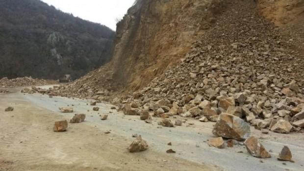 Внимателно на патишта  опасност од одрони на повеќе делници