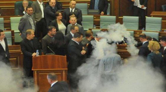 Во косовскиот Парламент четвртипат фрлен солзавец