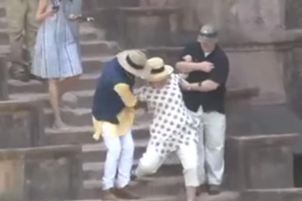 Хит на интернет  Хилари полета по скалите  телохранителите едвај за задржаа
