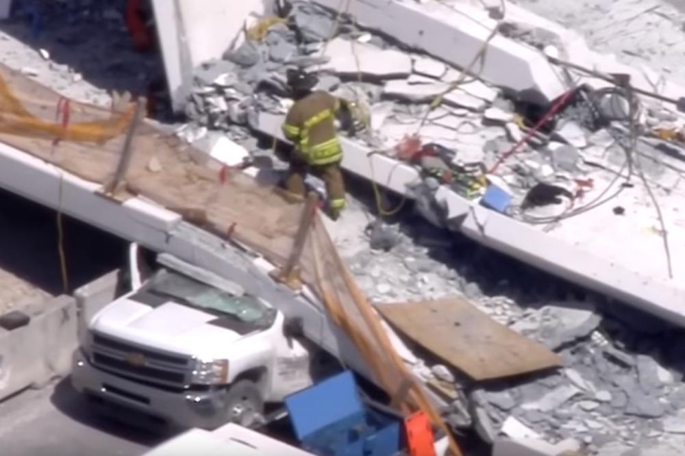 Протече морничаво видео  од рушењето на мостот во Мајами   950 тона бетон падна врз автомобилите кои чекаа на семафор да се запали зелено светло