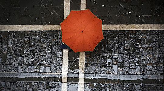 Пороен дожд  грмежи и засилен ветер