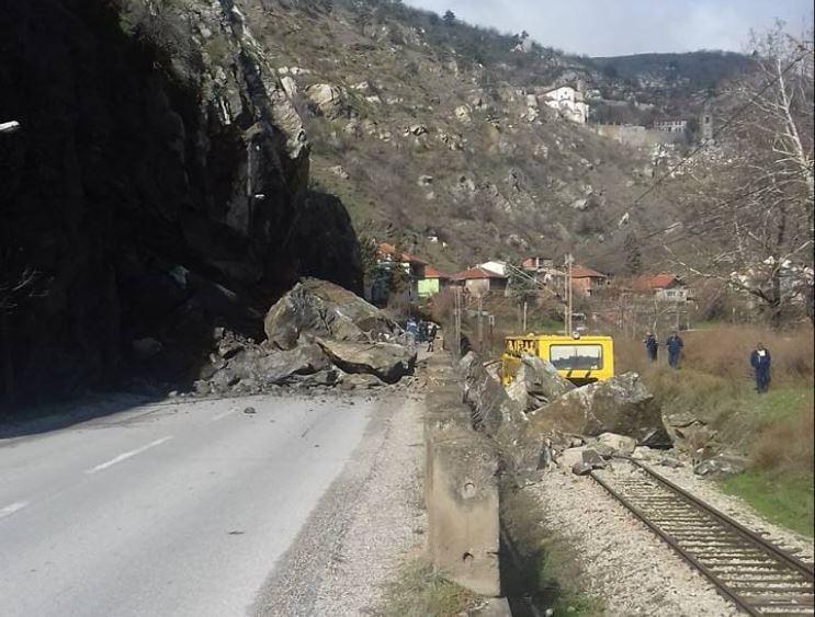 Поради голем одрон на карпа затворен сообраќајот на патот Велес   Градско