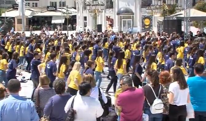 2000 матуранти дел од матурантската парада