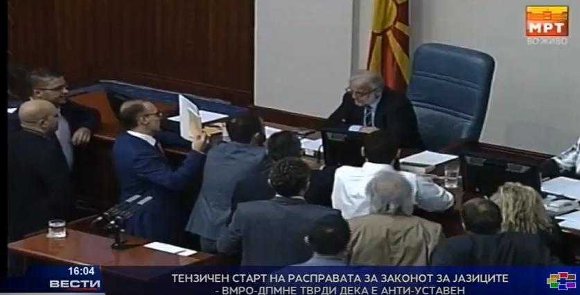 Тензичен старт на расправата за законот за јазиците  ВМРО ДПМНЕ тврди дека е антиуставен