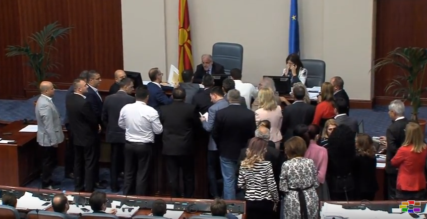 Тензии на почетокот на расправата за законот за јазиците  ВМРО ДПМНЕ тврди дека е антиуставен