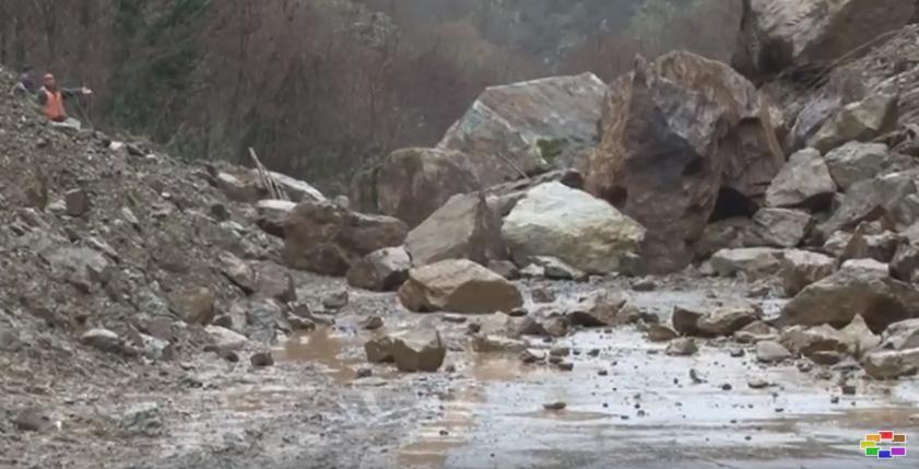 Патот Кочани Делчево трет ден затворен за сообраќај поради одрони